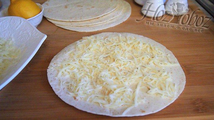 На тортилью выложим слой сыра