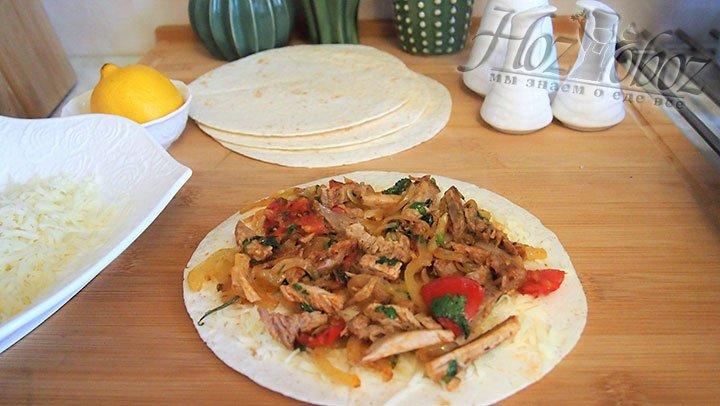 На слой из сыра выкладываем поджарку из мяса и овощей