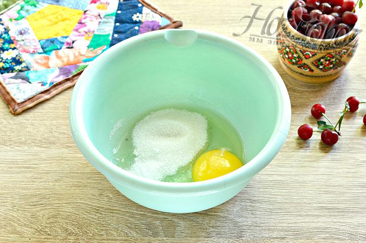 Для начала смешаем яйца , сахар и соль.