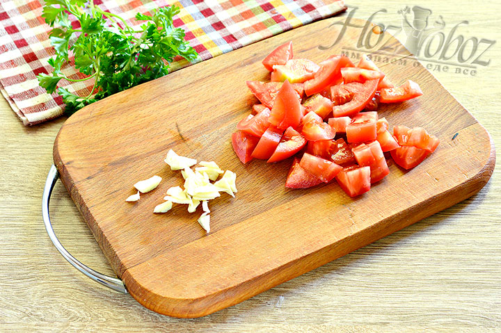 Теперь очередь чеснока и помидора