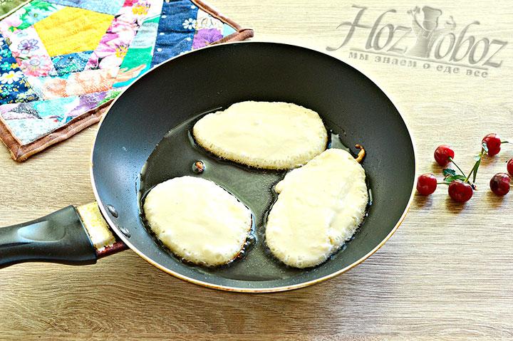Разогреваем сковороду, наливаем масло и небольшими порциями добавляем тесто в форме овалов