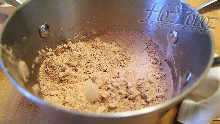 Смесь молока и какао выложим в неэмалированную кастрюлю