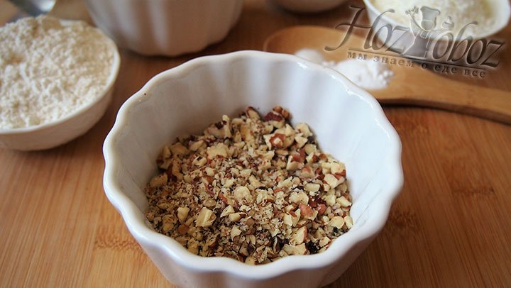 Рубленые орехи сложим в чашу