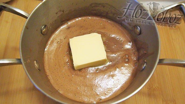 Масло сливочное комнатной температуры добавим в смесь, дадим растаять