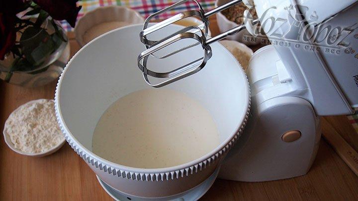 Используем миксер. В чашу вливаем молоко с манкой и устанавливаем режим максимальной скорости