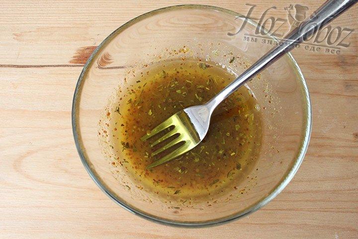 Добавляем в заправку оливковое масло