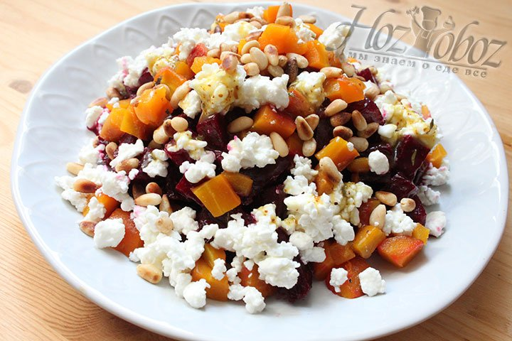 Добавляем в салат морковь, орехи и сыр, поливаем заправкой