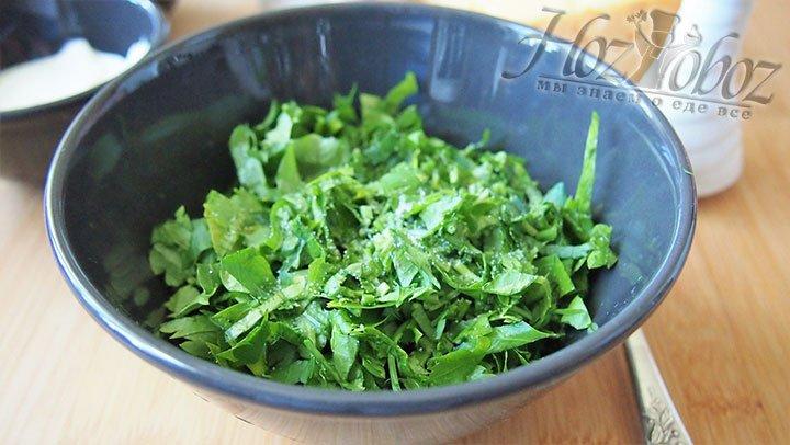 Подготовленные ингредиенты соединим в чаше для смешивания, присолим и перемешаем