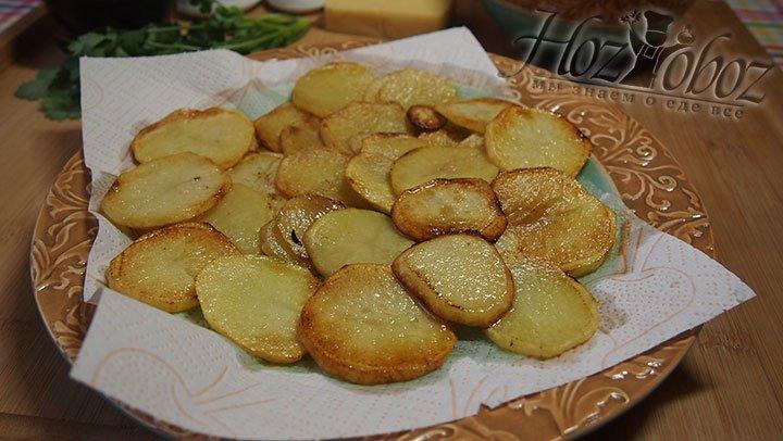 Обжаренный картофель выложим на салфетку