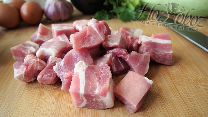 В самом начале приготовим мясной фарш, для этого промоем мясо и нарежем на кубики