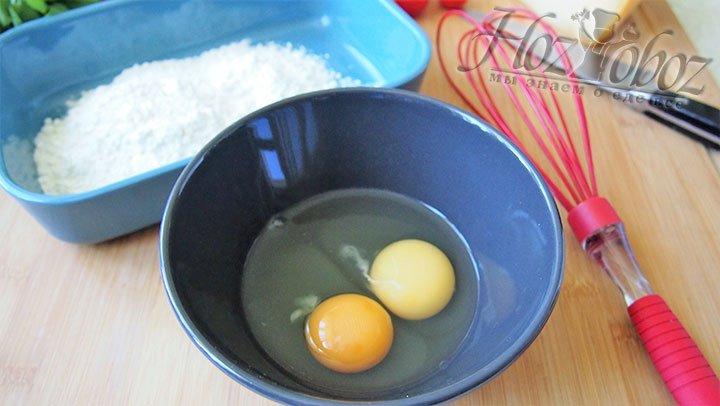 В чашу разобьем яйца в другую выложим муку