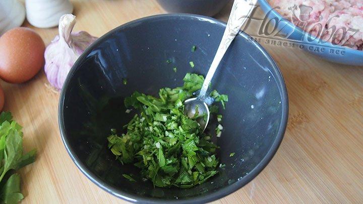 Зелень петрушки и чеснок перемешаем
