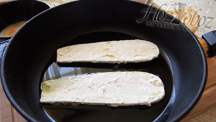 Кабачок выкладываем на горячую сковороду
