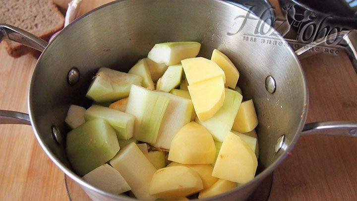Кабачки и картофель выложим в кастрюлю