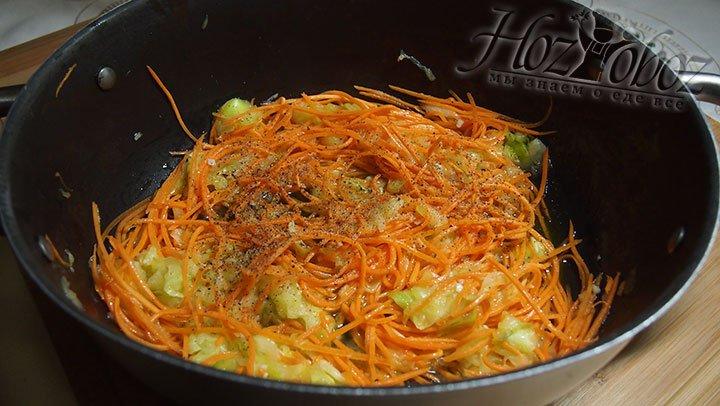 Овощи в воке перемешаем и поперчим, плиту выключаем и оставляем на две минуты под крышкой
