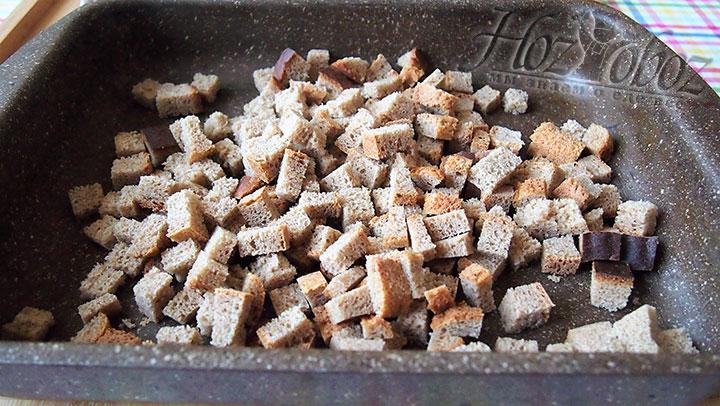 Нарезанный хлеьные кубики запечем в духовке в течение 15-20 минут