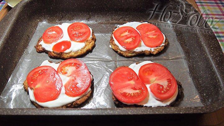 Вторым слоем выкладываем томаты