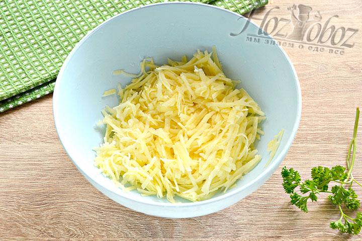 Подготовим и натрем картофель