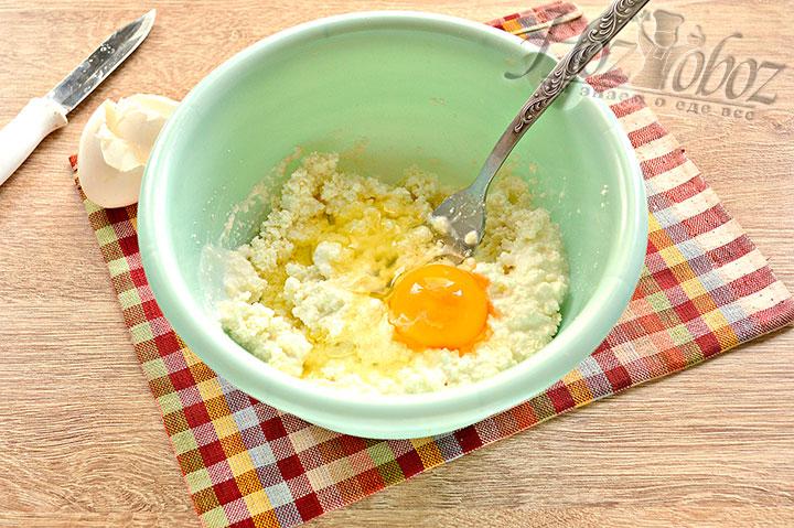 Вводим яйцо.