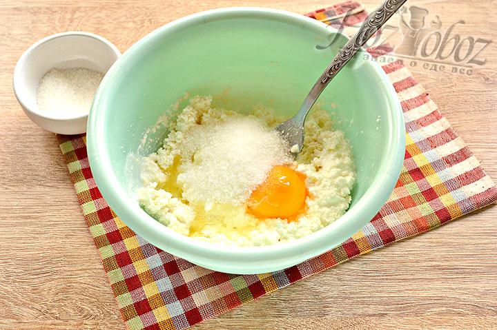 Добавляем сахар и щепотку соли.