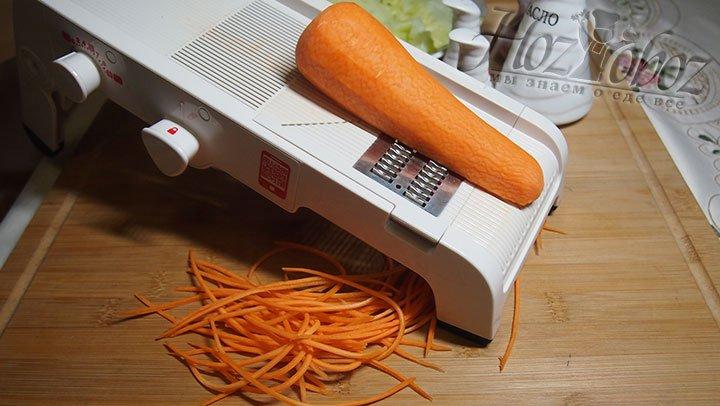 Морковь натрем тонко на станке для шинкования