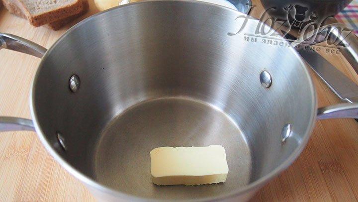 В толстостенной кастрюле растопим масло сливочное