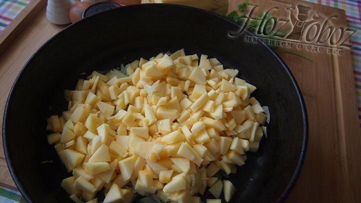 Кабачок выложим на сковороду и томим под крышкой
