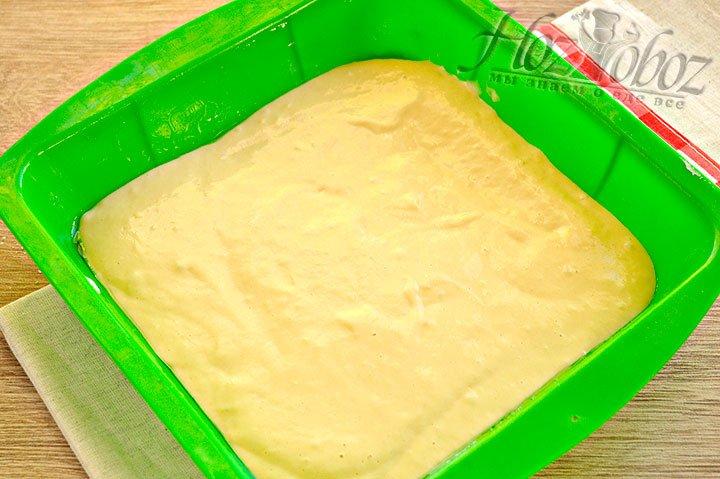 Часть теста отправляем в форму предварительно смазанную маслом