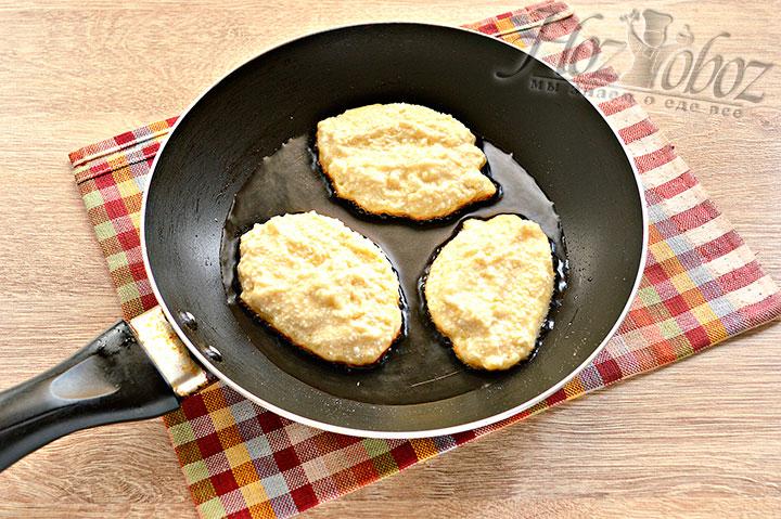 Формируем сырнички и начинаем жарить.