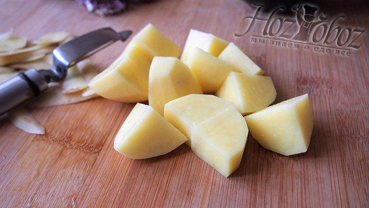 Картофель нарежем на крупные кубики