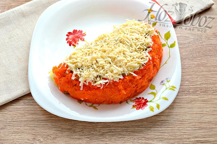 Оставшуюся часть салата оформляем натертым сыром