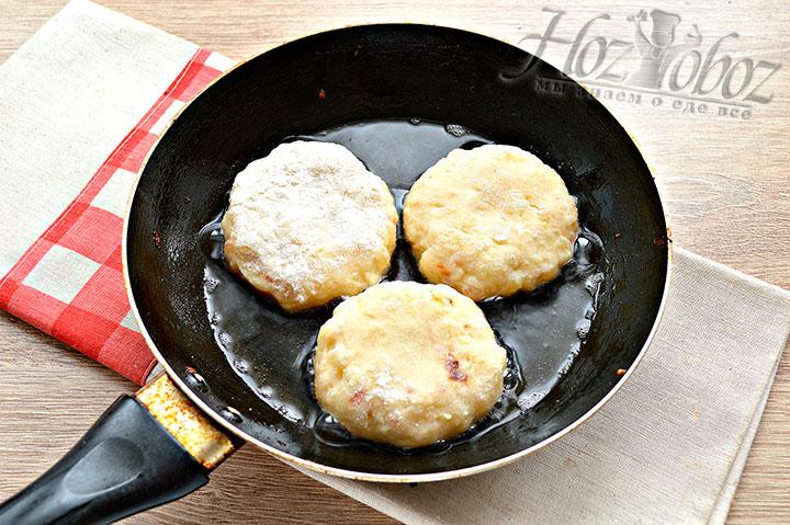 Котлеты из картофеля перекладываем на сковороду