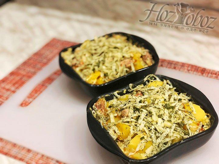 Посыпаем блюдо сыром и ставим в духовку