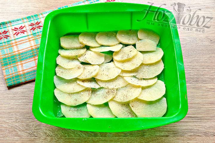 Нарезаем кольцами картофель, выкладываем в форму, солим, перчим