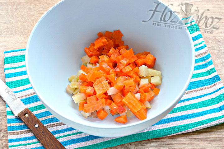 Теперь морковку так же нарезаем
