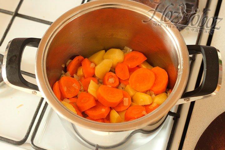 Теперь почистим и нарежем картошку и морковку