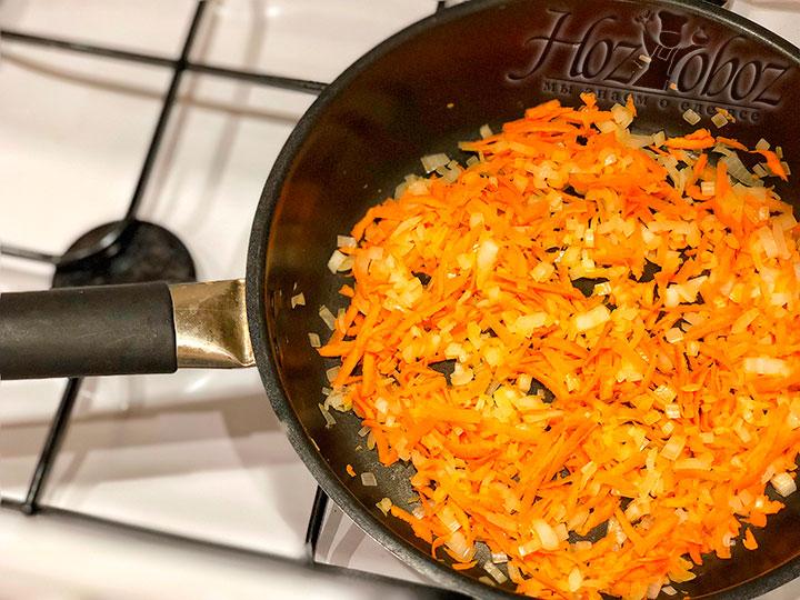 Добавляем на сковороду морковь и обжариваем