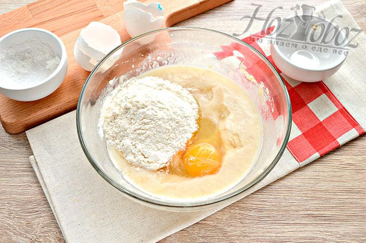 Добавляем муку, яйцо, сахар