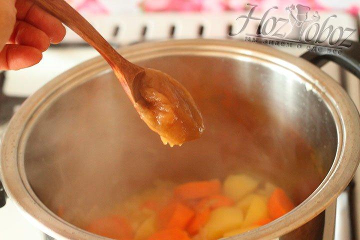 К луку и имбирю добавим картошку и морковку и тушим еще примерно 10 минут
