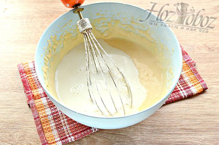Вливаем в густое тесто кипяченое молоко и мешаем ингредиенты