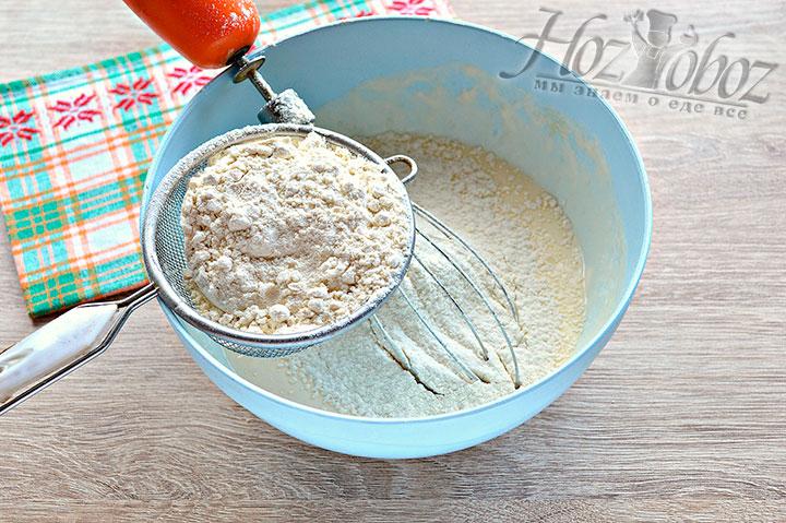 Просеиваем в смесь из кефира, яиц и майонеза муку с солью, содой