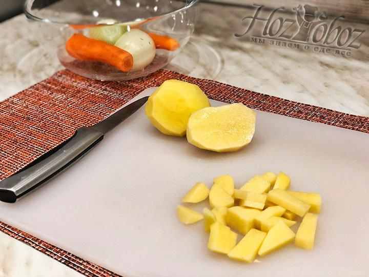 Картофель нарезаем и опускаем вариться