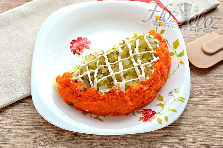 Морковкой оформляем край салата в виде апельсиновой корки