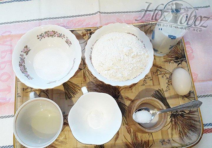 Подготовим продукты: молоко согреем, муку просеем через сито