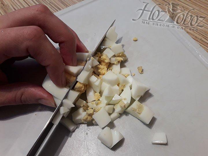 Отваренные яйца мелко режем