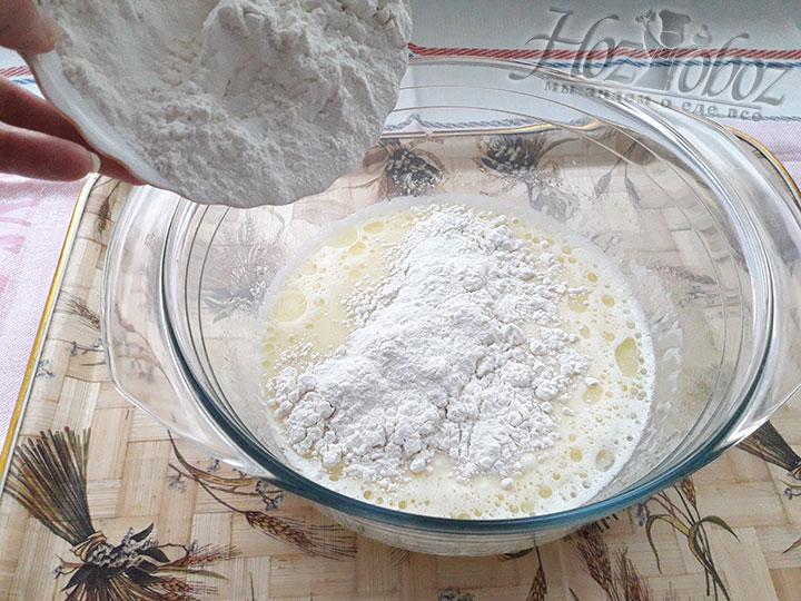 Сыпучие ингредиенты добавляем к жидкому тесту