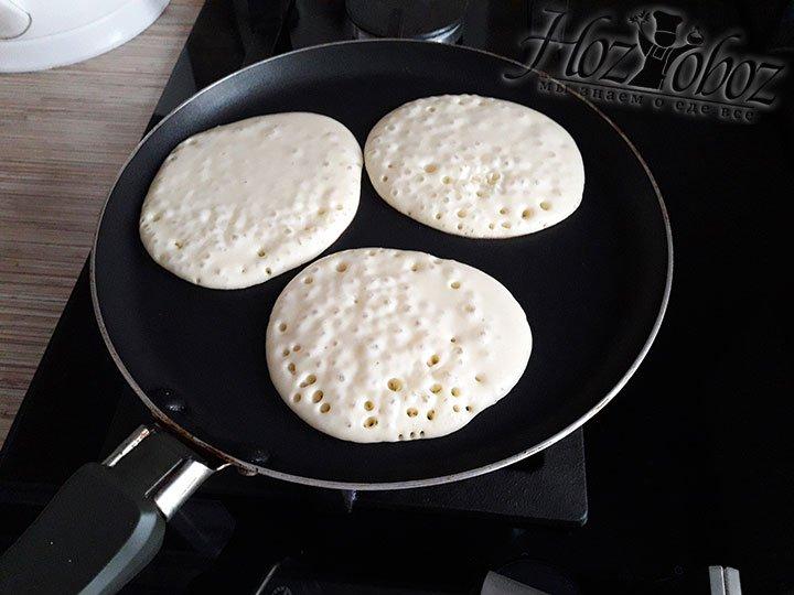 Раскаляем cухую сковородку и по 1 ст. ложке выкладываем тесто. Жарим панкейки по 1 минуте с каждой стороны пока на поверхности не появятся пузырьки