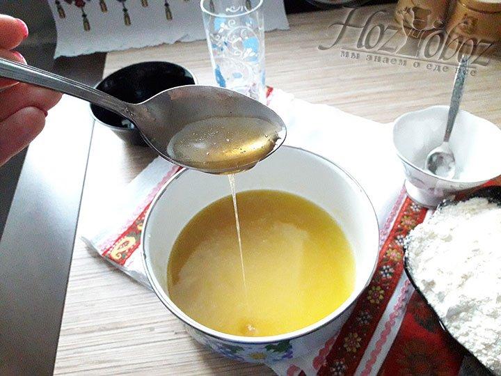 Как только сахар растворится, миску с маслом надо снять с огня и добавить в нее мед