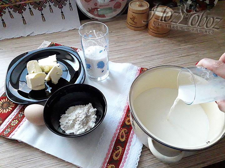 Для крема в кастрюлю с толстым дном наливаем молоко
