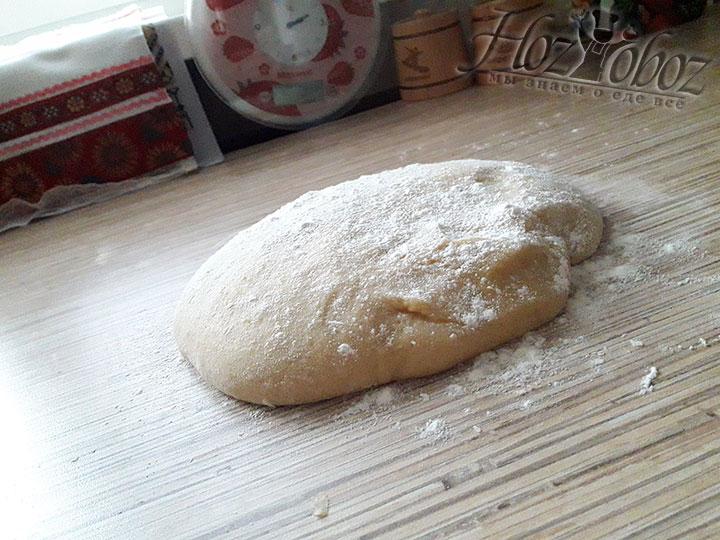 Когда тесто загустеет, его следует переложить на рабочую поверхность и продолжать уже вручную